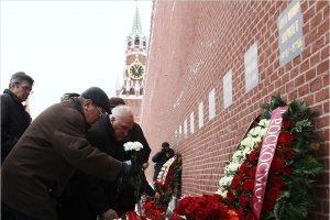 Виктор Афанасьев возложил цветы к месту захоронения Сергея Королёва