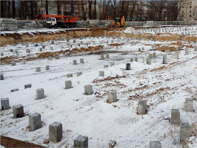 На стройплощадке бассейна в Бежице готово свайное поле