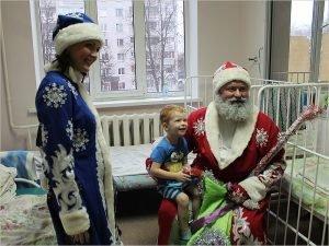 «Новогоднее чудо» в Брянске: Дед Мороз навестил детей прямо в больничных палатах