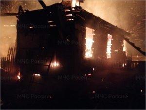 Дятьковские пожарные больше часа пытались потушить горящий частный дом