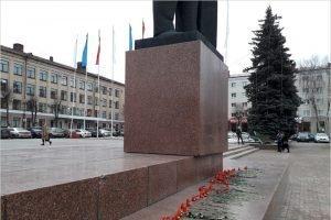 Брянская полиция попыталась помешать возложению цветов к памятнику Ленину 21 января