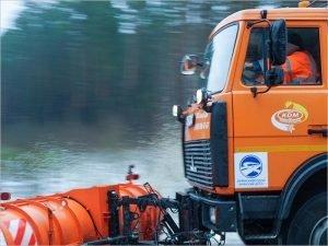 Чистить дороги Брянской области от снега выехали более 160 спецмашин