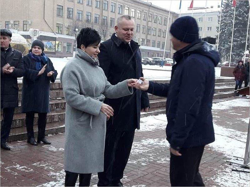 В Брянске прошла очередная церемония вручения машин скорой помощи