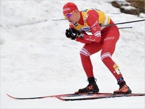 Александр Большунов упал и стал только пятым в скиатлоне на этапе Кубка мира