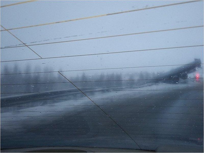 Под Выгоничами большегруз улетел на скользкой дороге с моста над железной дорогой