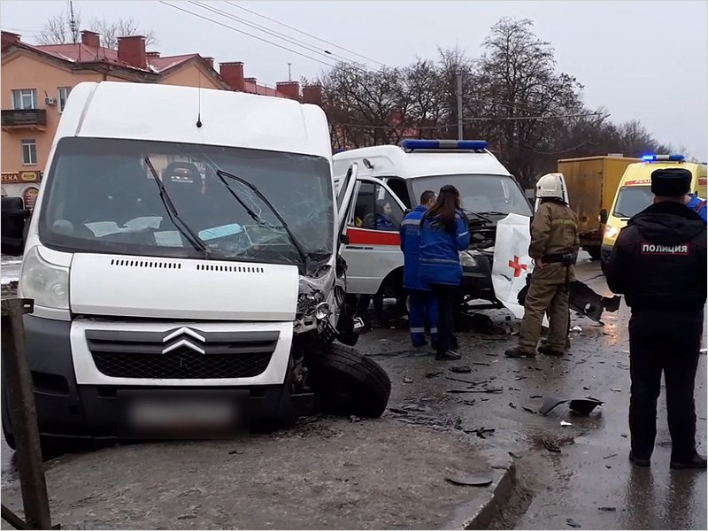 В ДТП с маршруткой и «скорой» в Брянске пострадали шесть человек