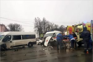 На проспекте Московском в Брянске протаранили друг  друга маршрутка и «скорая»