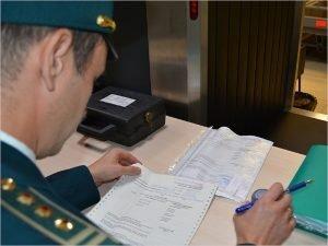 Брянские таможенники нашли в посылке с Украины предметы с нацистской символикой
