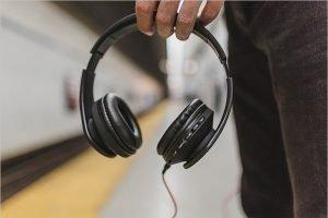В Минтранс поступило предложение запретить слушать музыку без наушников в транспорте
