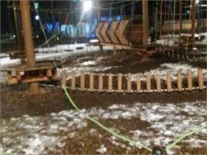 В брянском Майском парке взрослые вандалы развалили детский верёвочный городок