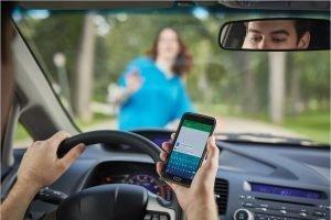 Брянские водители тупят в смартфон примерно 4% от общего времени движения