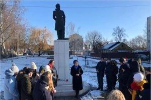 В День памяти Пушкина брянские школьники читали стихи у памятника поэту