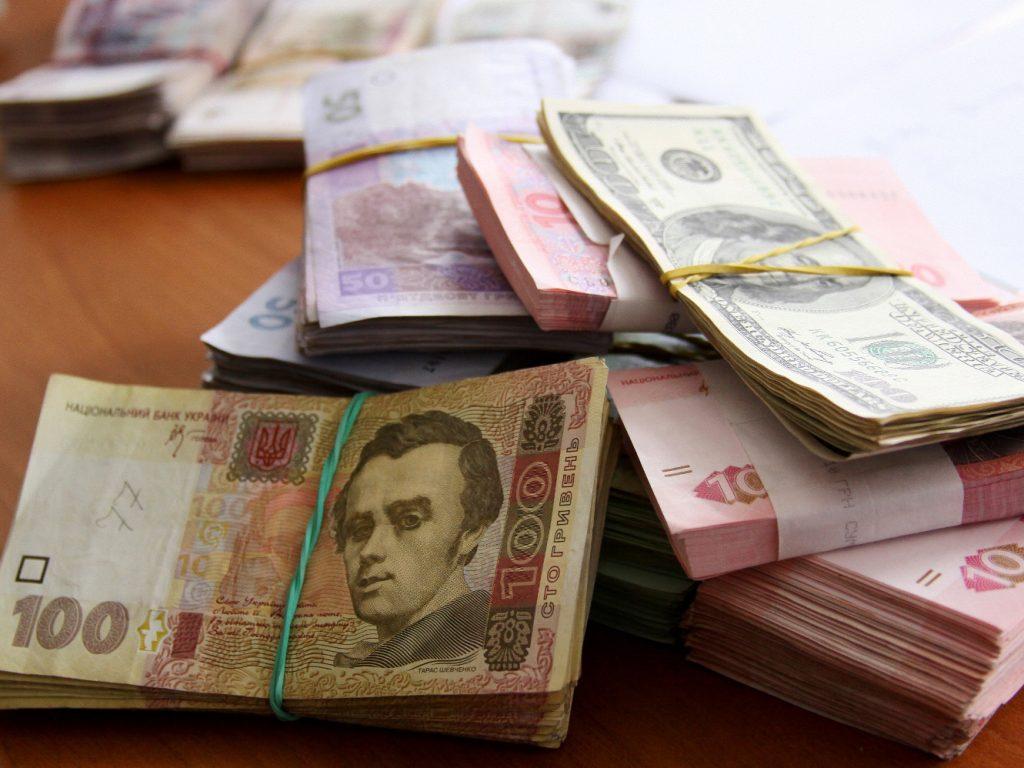 Украинец пытался провезти через Брянск 10,5 тысяч незадекларированных долларов