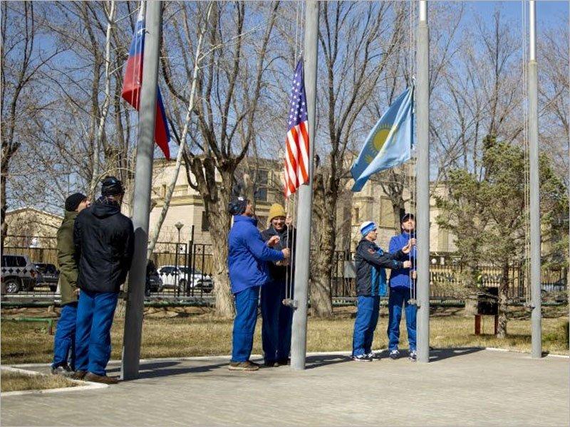 Традиционные мероприятия на Байконуре: Андрей Бабкин поднимал флаг Казахстана