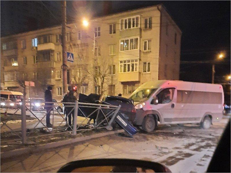В полуночной аварии в центре Брянска тяжёлые травмы получила 19-летняя девушка