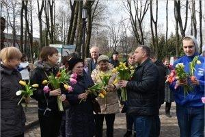 Брянские единороссы и молодогвардейцы поздравляли женщин с праздником прямо на улицах