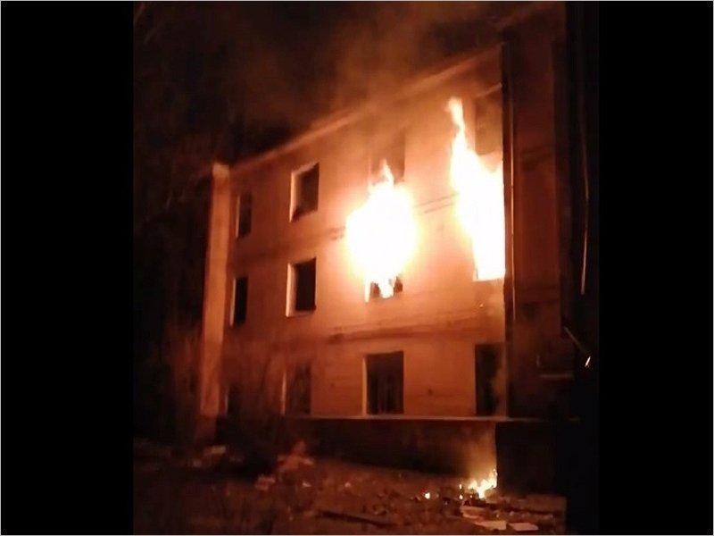 Брянские пожарные потушили масштабное возгорание в старом доме на Мало-Завальской