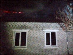 В Дятьково в ночь на вторник сгорел дом, пострадал один человек