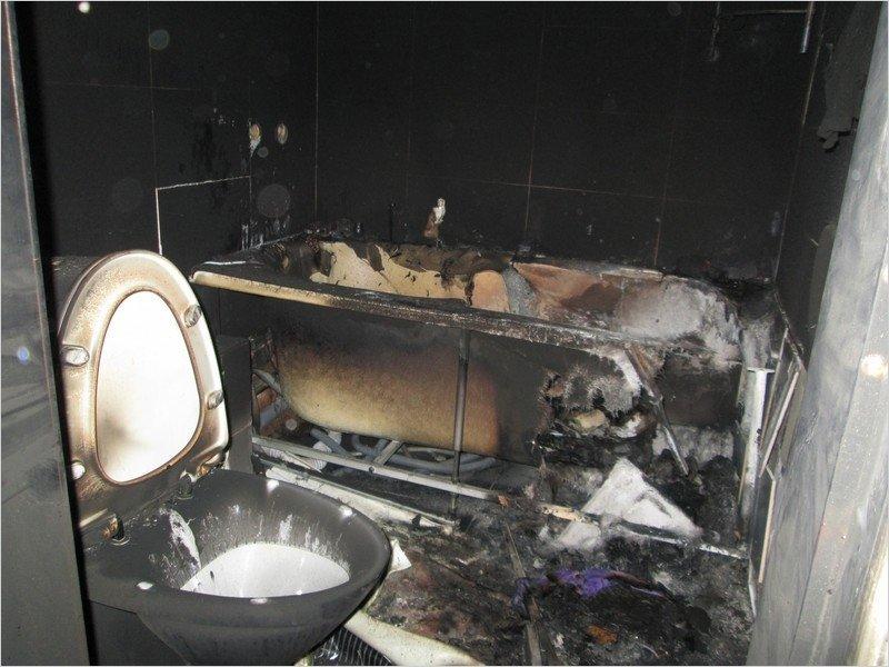 Из квартиры с горящим туалетом в Брянске эвакуировали двоих жильцов