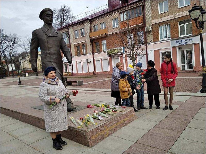 «Он был рождён для неба»: в Брянске почтили память первого космонавта Земли