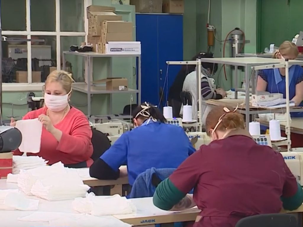 Брянские швейные предприятия перепрофилировали на выпуск многоразовых масок