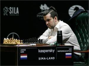 Ян Непомнящий проиграл в девятом туре Legends of Chess, но вышел в полуфинал онлайн-супертурнира