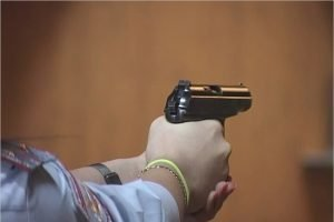 Сотрудницы брянской прокуратуры соревновались в стрельбе из пистолета Макарова