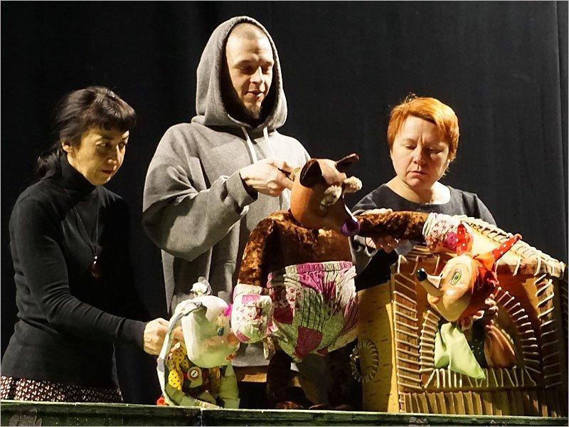 Брянский театр кукол отмечает профессиональный праздник на карантине и за работой