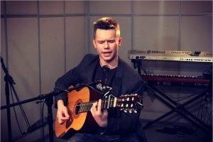 Студент брянского техникума спел матери Героя России песню о её сыне
