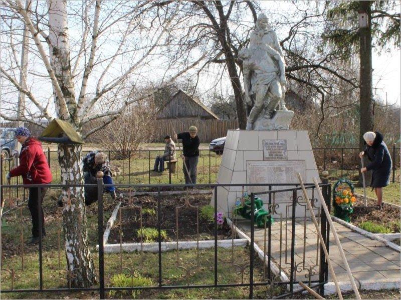 Редакция суземской газеты «Рассвет» привела в порядок территорию вокруг мемориала расстрелянным мирным жителям