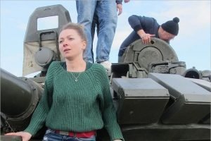 Актёры брянского ТЮЗа провели репетицию спектакля «На войне как на войне» в танке