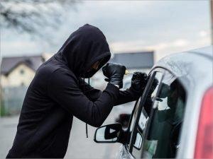Брянский угонщик, спрятавший в кустах чужое авто, не рискнул за ним вернуться