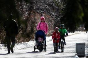 Брянским жителям запретили гулять с детьми и ездить на такси к родственникам