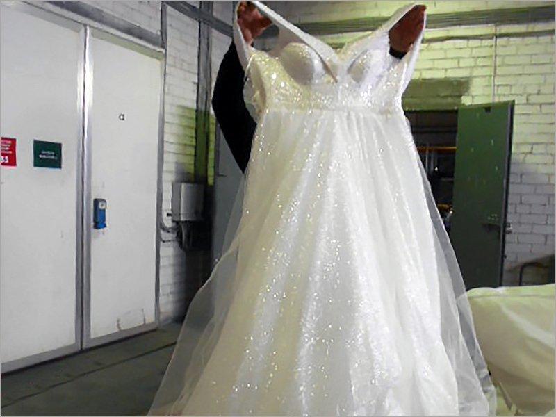 На границе России и Украины перехвачена почти сотня свадебных платьев