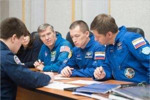 Экипажи МКС-63 на Байконуре отработали ручные режимы «Союза» и укладку оборудования