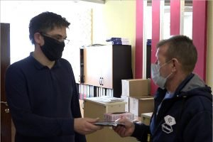 Из мусора в Брянске вновь выудили документы — два паспорта и права