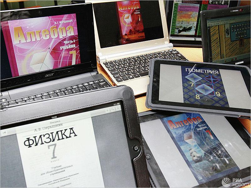 Две брянских многодетных семьи  получили компьютеры для дистанционного обучения детей