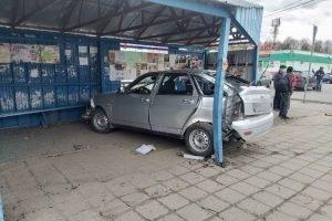 Пьяный лихач на «Приоре» протаранил остановку в Брянске
