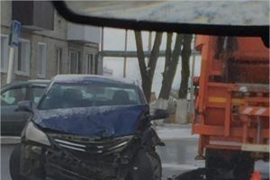 В центре Новозыбкова на свежевыпавшем снегу не разъехались мусоровоз и иномарка