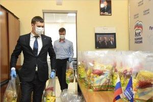 Депутат облдумы Роман Мимонов передал в волонтёрский центр «ЕР» 40 продуктовых наборов
