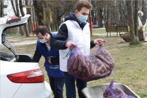 Волонтёры «ЕР» передали овощи для животных из брянского зоопарка
