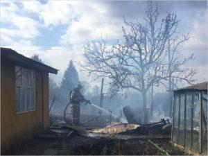 В Брянске пожарные потушили горящий дачный участок