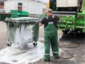 В Брянске проводят дезинфекцию мусорных контейнеров
