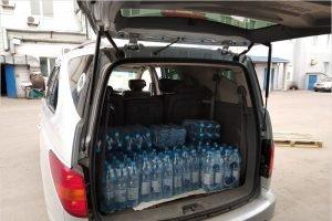Волонтёры доставили брянским медикам питьевую воду и витаминные батончики