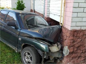 В посёлке под Брянском нетрезвый водитель протаранил жилой дом
