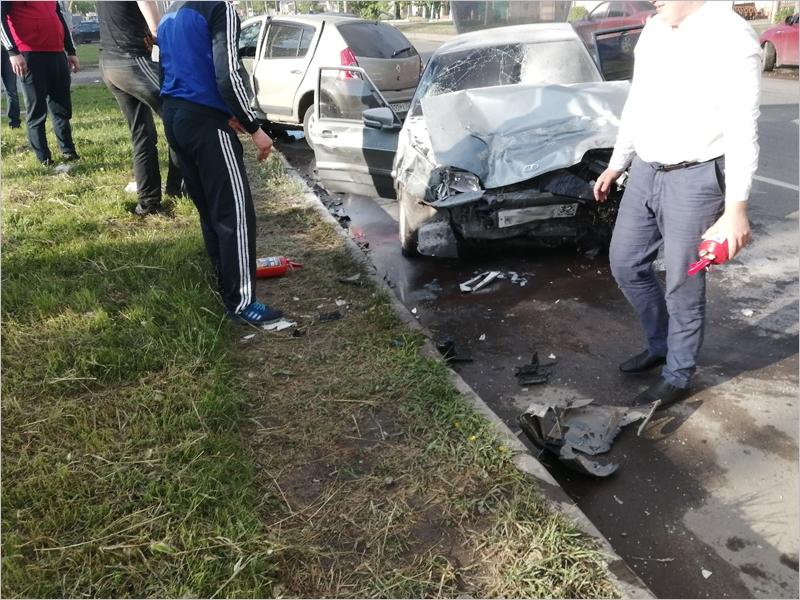 У Литейного моста в Брянске легковая Renault протаранила ВАЗ. Есть пострадавшие