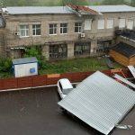 В Брянске сильный ветер сорвал крышу и обрушил её на припаркованные машины