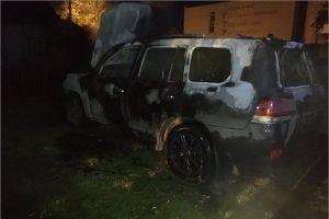 В Брянске  дотла сгорел припаркованный в закрытом дворе внедорожник