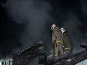 В Белых Берегах пожарные тушили пылающие сараи