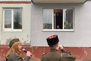 #Поёмдвором : персональные мини-концерты для ветеранов в брянских дворах устраивали даже депутаты